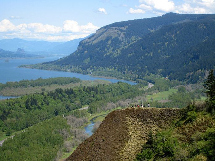 Looking east up the Columbia River Gorge, from Crown Point in Oregon, USA. Author: Hux. // Source: Wikimedia Commons.